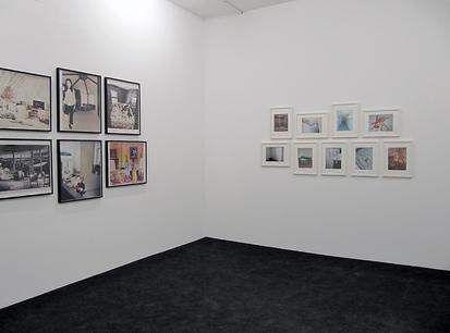 Aufbauansicht: Collagen bei WEISSER SCHIMMEL, links: Martha Rosler, Phoenixhallen, Hamburg, 2010
