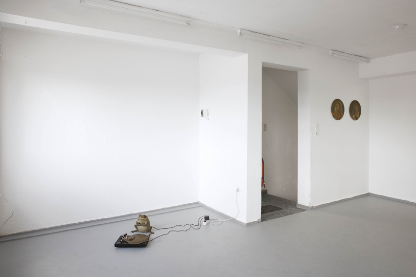 raumansicht mit Last night a DJ saved my life und zwei arbeiten aus Urfrauen I-XIV, beides 2011, bei der Ausstellung Hab ich was verpasst?, Oel-Früh, Hamburg 2011, Foto: Heiko Seibel