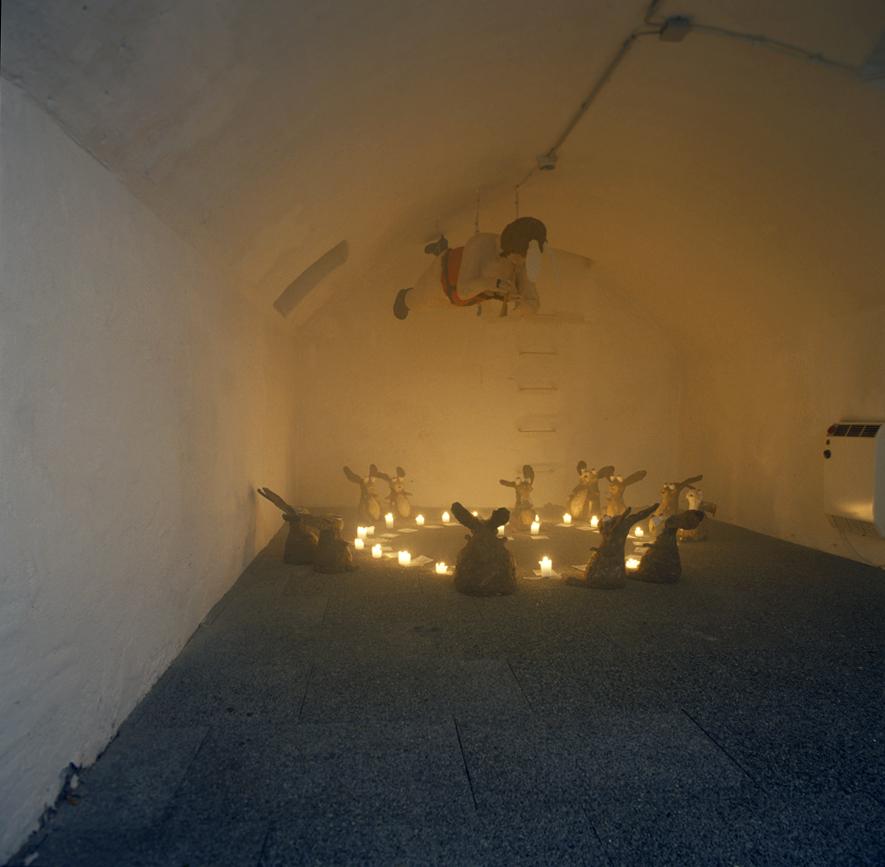 Ausstellungsansicht von Tot! Oder ich ess dich auf, Bahnwärterhaus in Esslingen, 2001