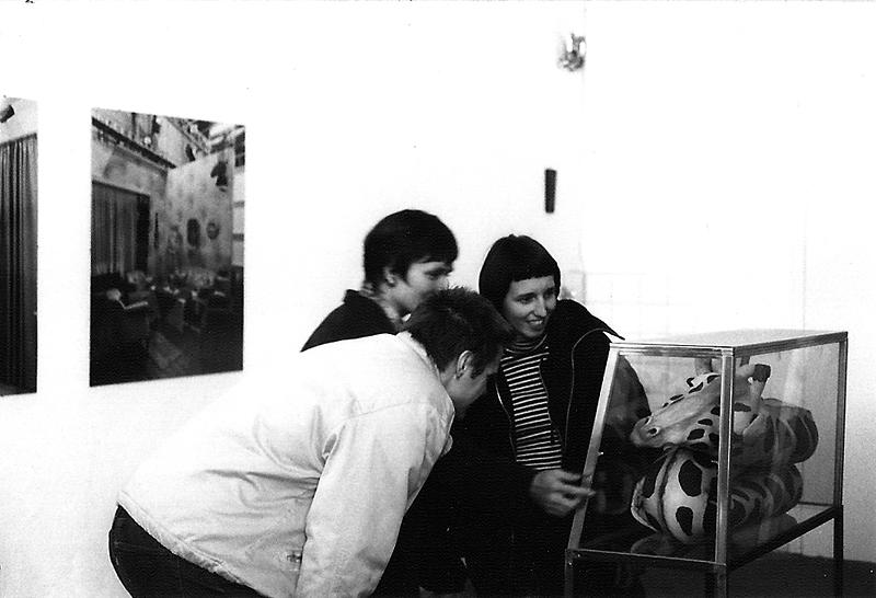 o.T (Giraffe), Installationsansicht Jahresausstellung Bogomir Ecker Klasse, 1996