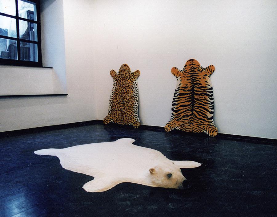 Eisbär mit Tiger und Leopard, 1997. hier: galeria skuc, Lubljana, Slovenien